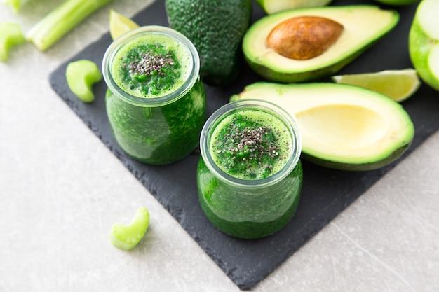 Batido verde mezclado con ingredientes. superalimento, desintoxicación y concepto saludable. enfoque selectivo