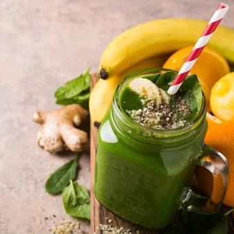 Batido verde saludable con espinacas en frasco de vidrio