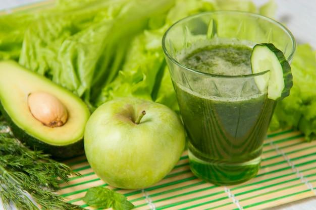 Batido verde saludable con ingredientes