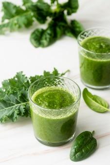 Batido verde saludable sabroso de alto ángulo
