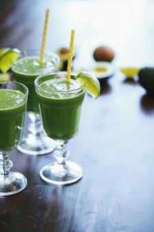Batido verde en un vaso