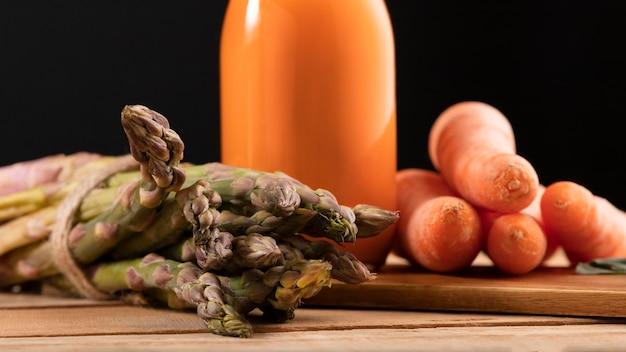 Batido de vista frontal con espárragos y zanahorias