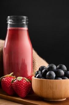Batido de vista frontal con fresas y arándanos
