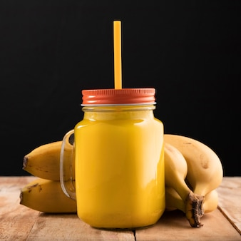Batido de vista frontal y plátanos