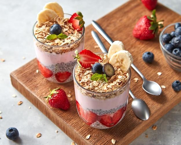 Batido de yogur orgánico con fresas, plátano, arándano, copos de avena y semillas de chía, fruta