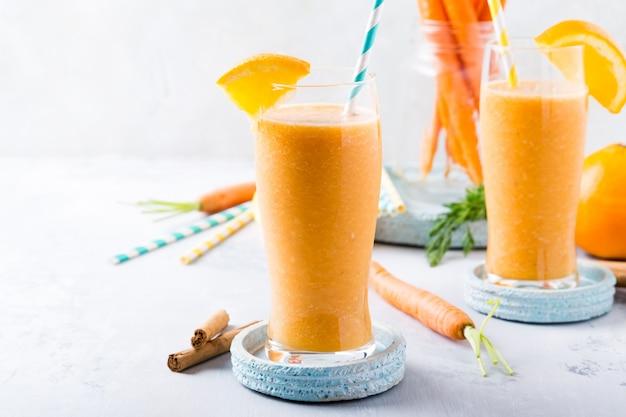 Batido de zanahoria saludable con naranja y canela en vaso