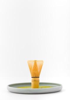 Batidor de bambú de vista frontal en una bandeja