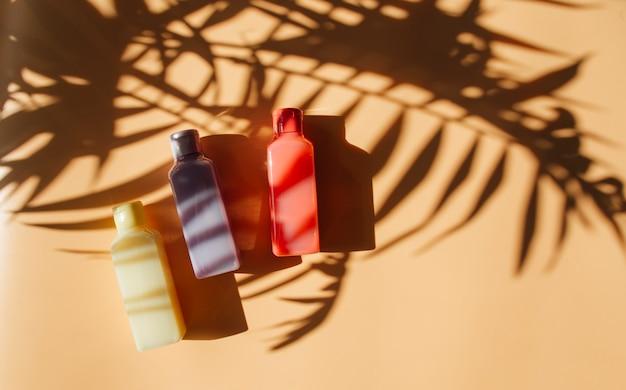 Batidos en botellas sobre un fondo claro
