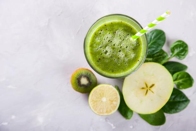 Batidos de color verde. bebida refrescante de verano.