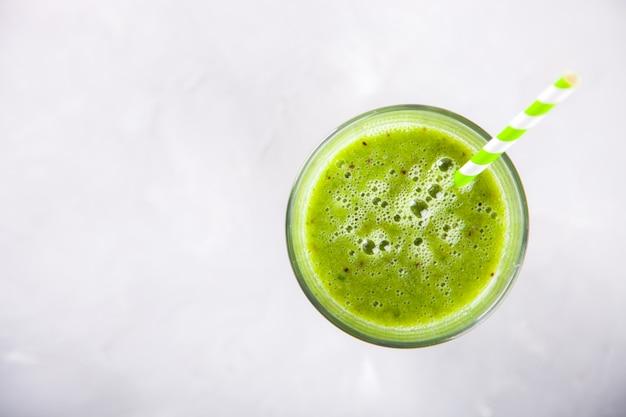 Batidos de color verde. cóctel de bebida de verano.