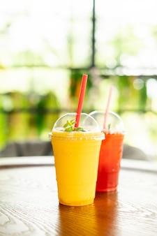 Batidos de mango de vidrio en la cafetería