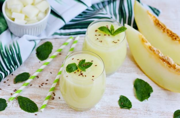 Batidos de melón fresco y frío con menta en vidrio, bebida de bebida de verano, concepto de comida saludable, frescura, frutas exóticas