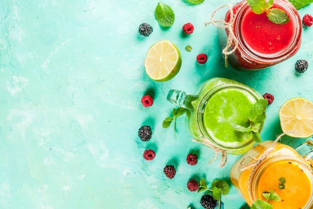 Batidos saludables de frutas y verduras frescas con ingredientes