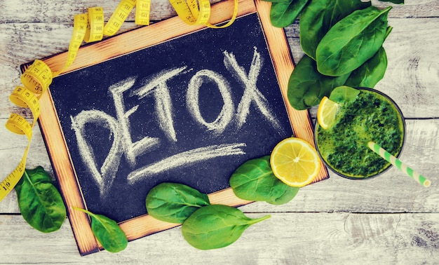 Batidos verdes con verduras y frutas. día de la desintoxicación. adelgazamiento y excreción de escoria. alimentación saludable. enfoque selectivo