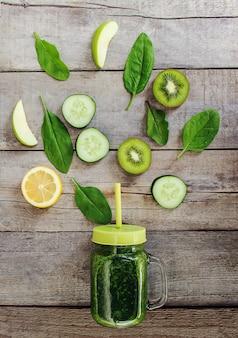 Batidos verdes con verduras y frutas. día de la desintoxicación.