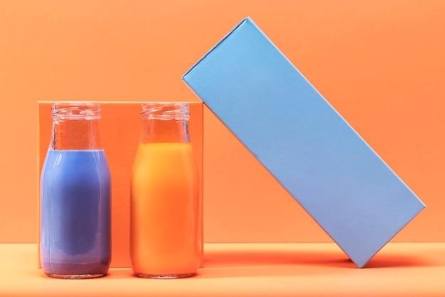 Batidos de vista frontal en botellas de vidrio con decoración