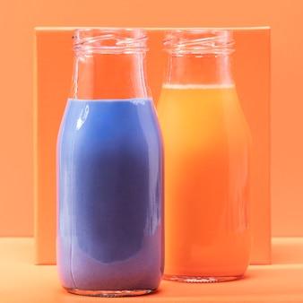 Batidos de vista frontal en botellas de vidrio
