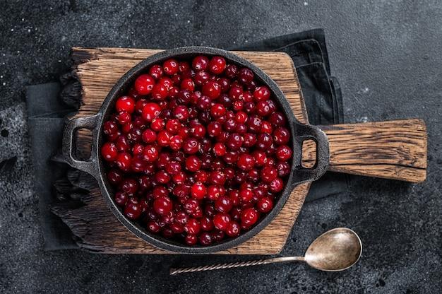 Baya de arándano rojo fresco en una sartén
