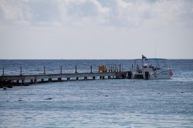 Bayahibe, república dominicana 13 de diciembre de 2019: muelle para amarrar barcos turísticos del caribe