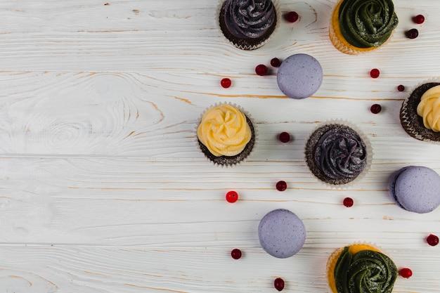 Bayas cerca de macarrones y muffins