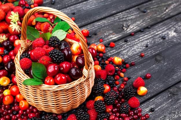 Bayas frescas del bosque en la cesta