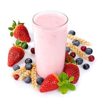 Bayas frescas frutas y batidos en blanco