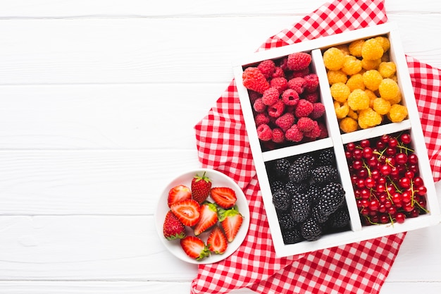 Bayas y frutas frescas y planas con espacio de copia