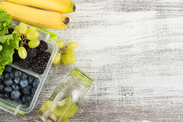 Bayas en lonchera y frutas