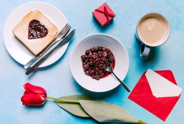 Bayas con mermelada en forma de corazón en pan tostado
