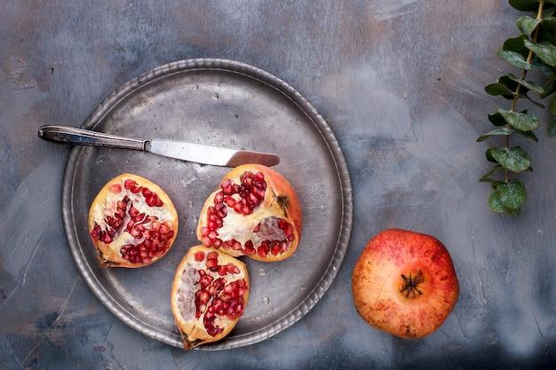 Bayas rojas dulces en un plato de metal vintage y cuchillo