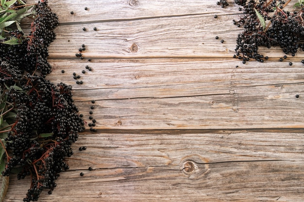Bayas de saúco negro europeo sobre una superficie de madera