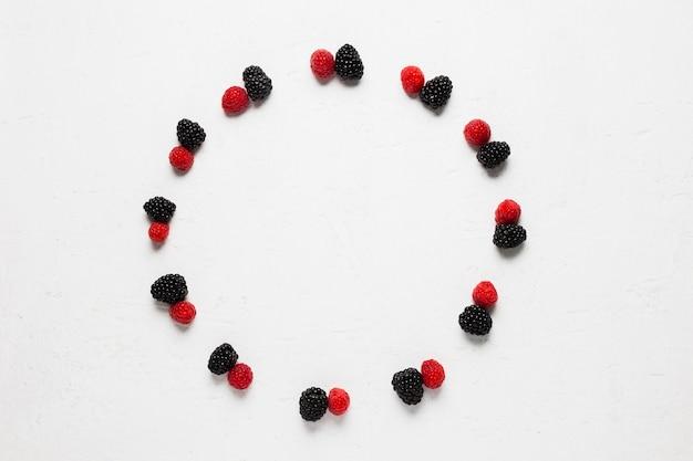 Bayas silvestres y fresas en un sabroso círculo