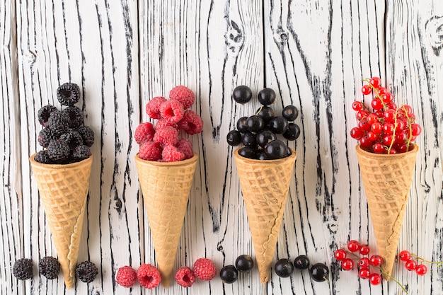 Bayas de verano en cono de waffle