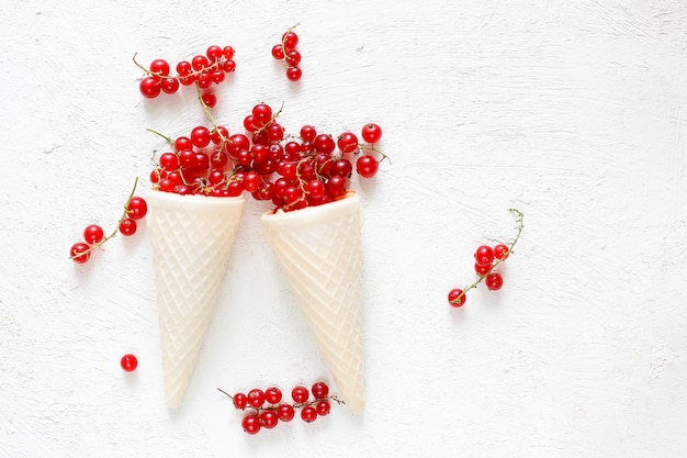 Bayas de verano frambuesas doradas, grosella roja sobre blanco