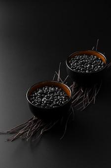 Bean cuencos oscuros sobre un fondo oscuro