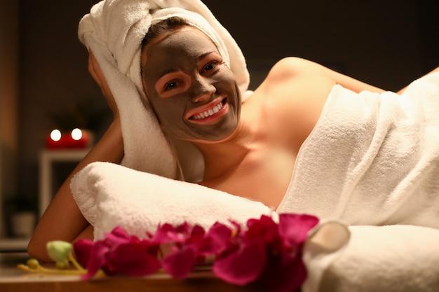 Beaty mujer aplica máscara de chocolate en el salón de spa