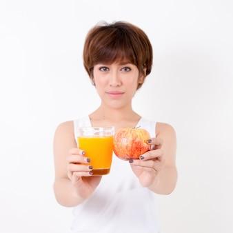 Beautifulyoung asia mujer con comida sana.