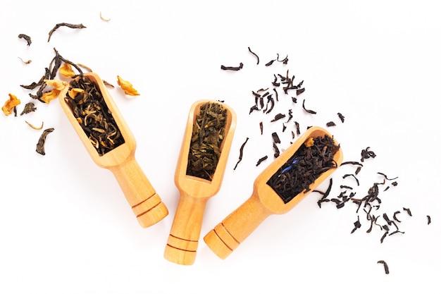 Beba la vista superior del concepto del té de hierbas orgánico con la taza de té en el fondo blanco con el espacio de la copia