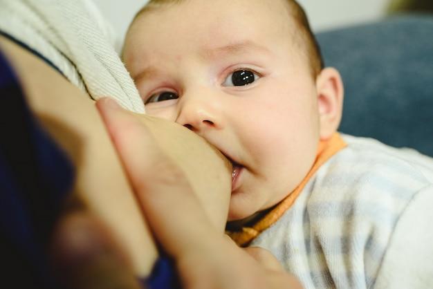 Bebé de 2 meses amamantando el pecho de su madre, la mejor comida para un bebé.