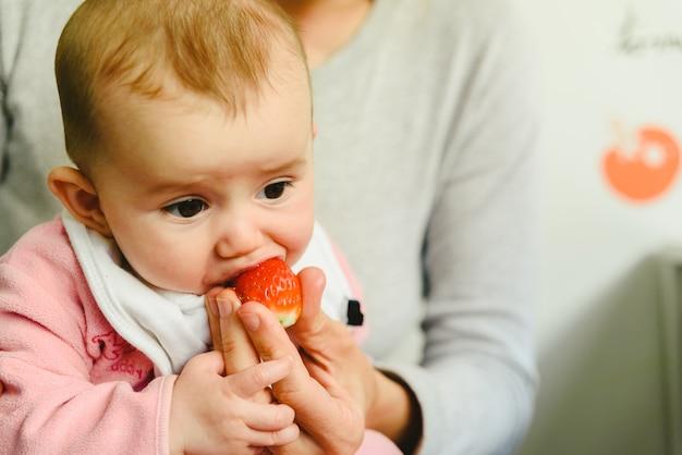 Bebé de 4 meses que comienza a probar sus primeros alimentos con la técnica del destete led baby (blw).