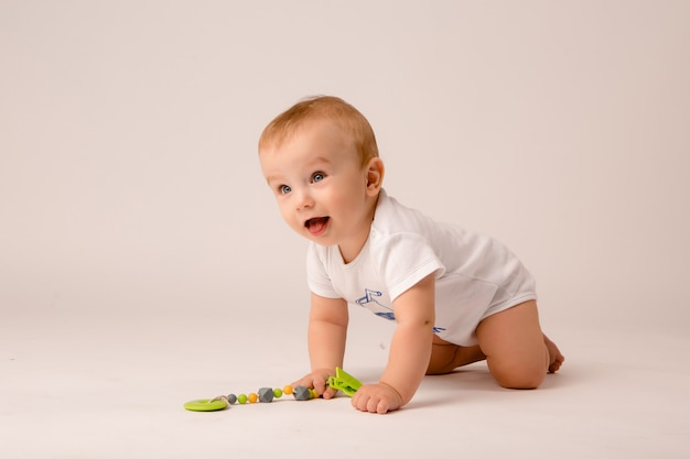 Bebé 8 meses sobre fondo blanco.