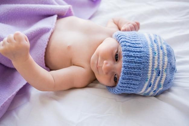 Bebé acostado en la cama de bebé