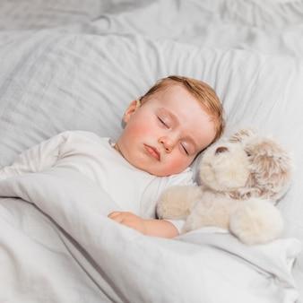 Bebé adorable durmiendo
