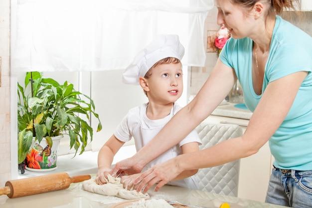 Bebé amasa la masa en harina