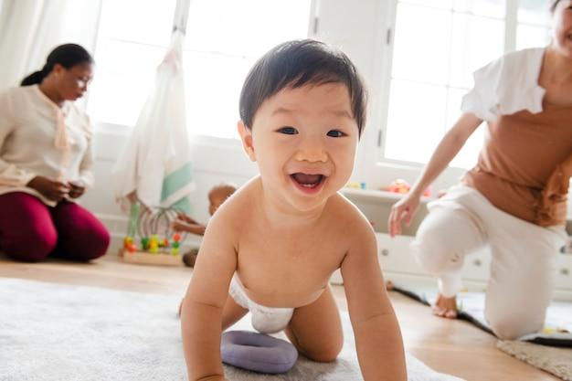 Bebé asiático arrastrándose por el suelo