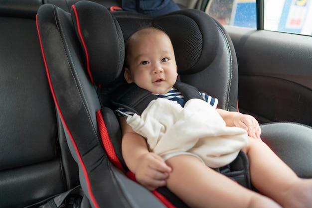 Bebé asiático en asiento de coche