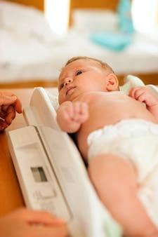 Bebé en báscula