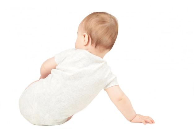 Bebé bebé sentado hacia atrás sobre un fondo blanco.
