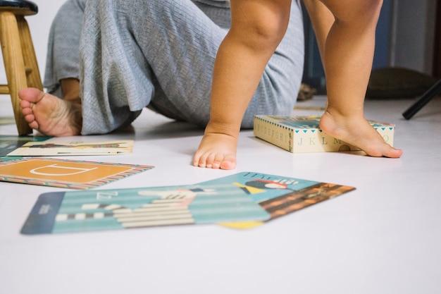 Bebé descalzo caminando en el piso de la guardería