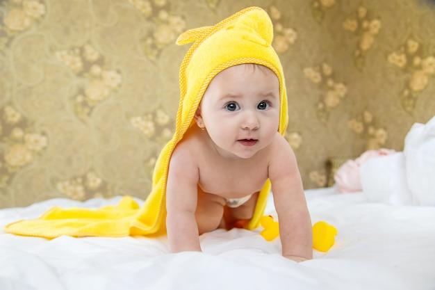 Bebé después de bañarse en una toalla